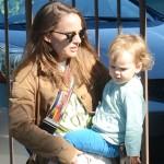 Как обычная домохозяйка: Натали Портман на шопинге с дочерью в Лос-Анджелесе